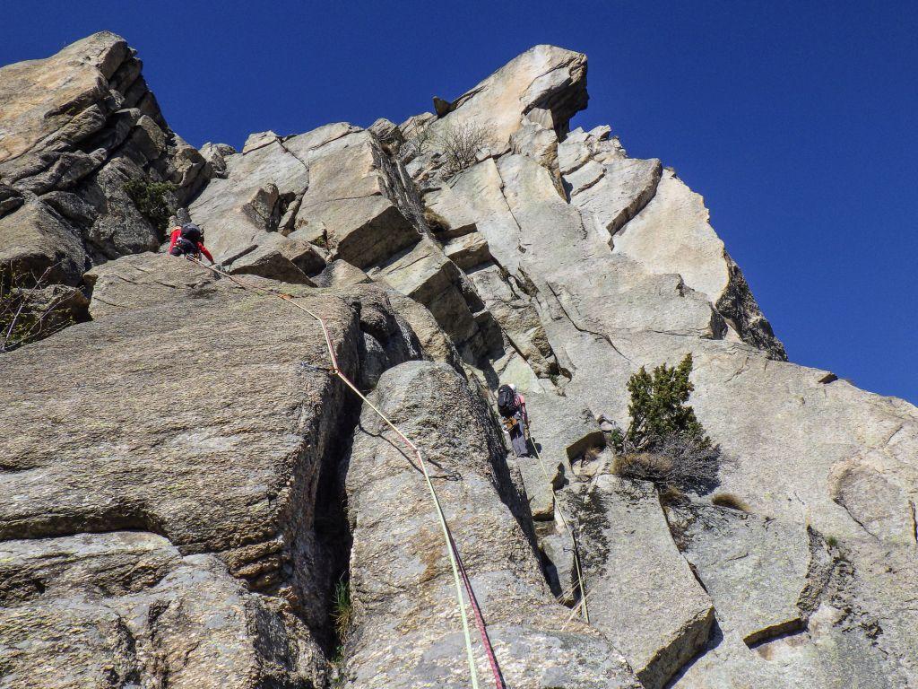 Parete centrale di Rocca Sbarua: a sinistra la normale, a destra la Gervasutti