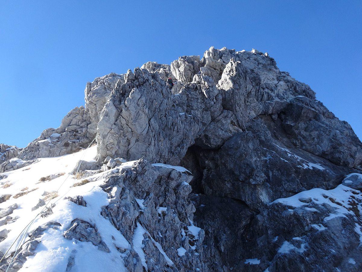 La cresta finale, con la grotta della Variante del Buco Nero