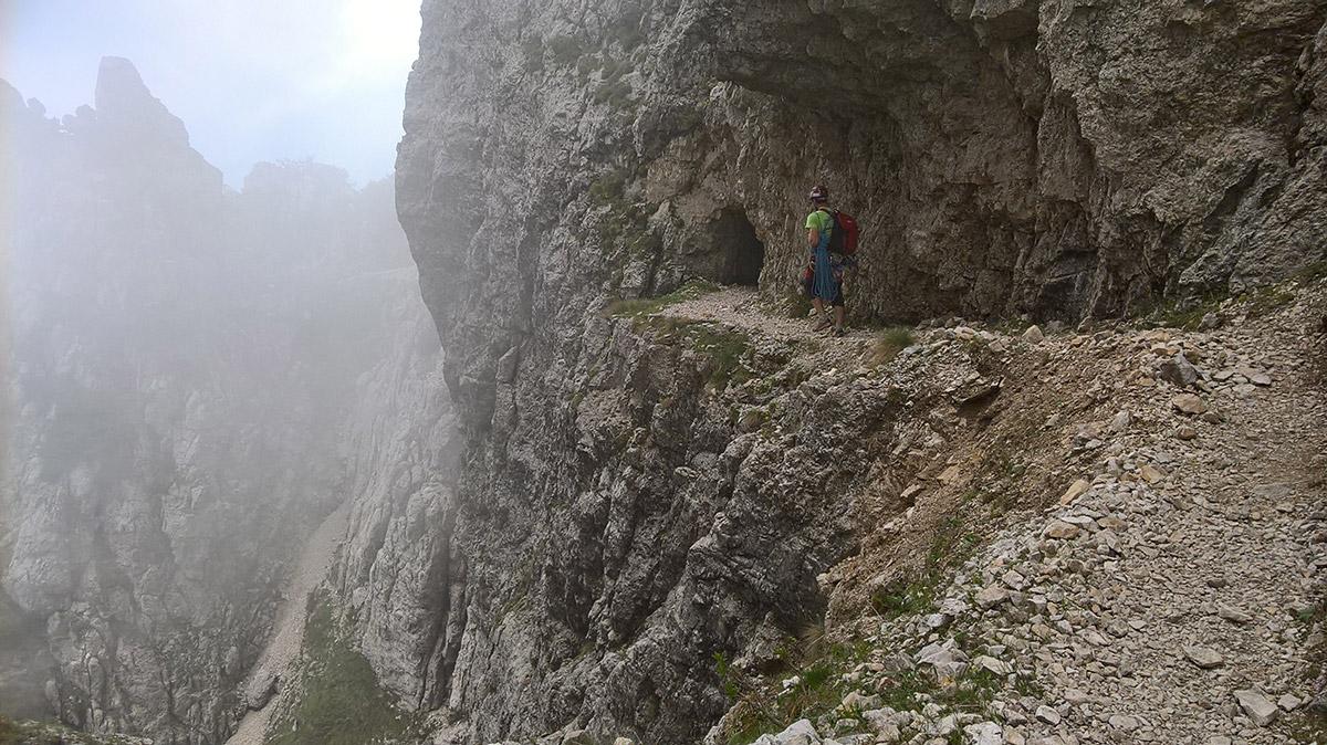 Sentiero delle Emmele, fra Forcella del Cornetto e passo degli Onari