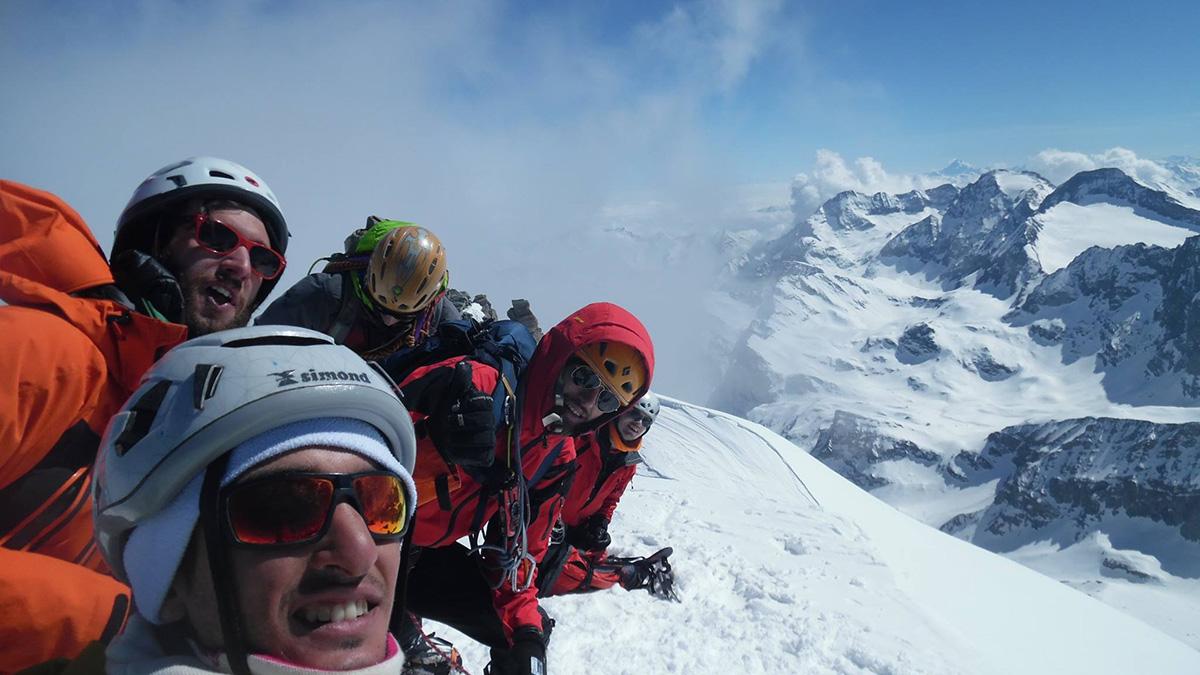 Foto di gruppo in vetta: in primo piano Luca, sopra Federico, Alberto (che guarda in basso), Mario e Paolo (un poco nascosto)
