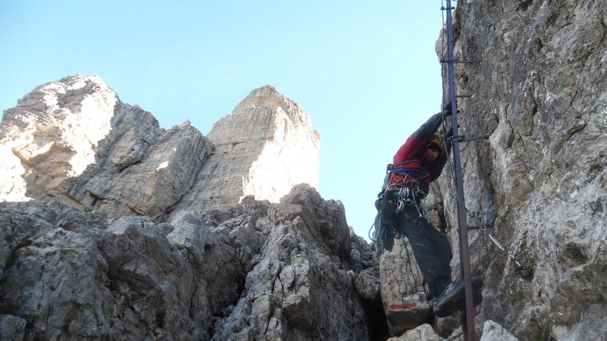Avvicinamento lungo la ferrata delle Bocchette: a sinistra il versante nord-ovest del Basso