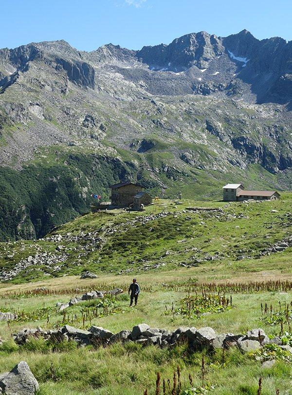 Il Rifugio Andolla, salendo all'omonimo passo