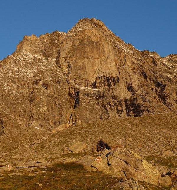 La parete est del Pizzo di Loranco illuminata dal primo sole
