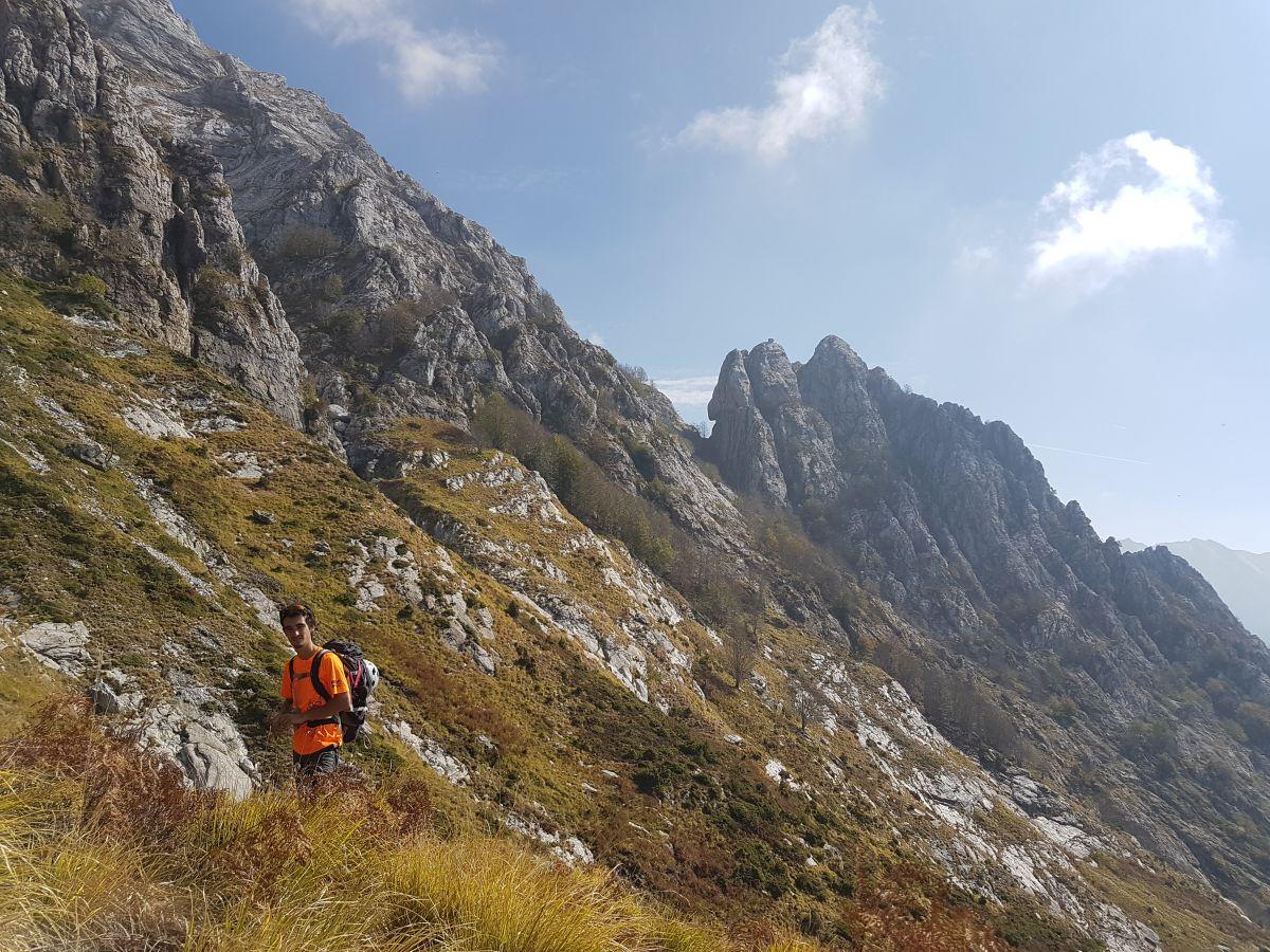 Avvicinamento al Torrione Figari (con il becco strapiombante e il masso in cima) e la Punta Questa