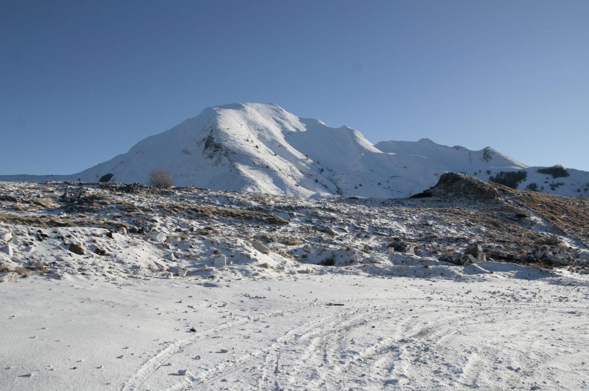 Il Sagro visto da Campocecina. A destra sale la cresta dello Spallone