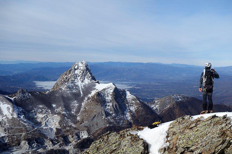Sulla cima del Pizzo Maggiore (Alpi Apuane), sullo sfondo il Pizzo d'Uccello