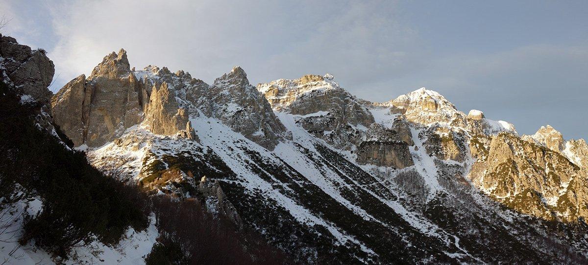 Panoramica sulle cime del Fumante, con l'evidente traverso verso il Vajo dei Colori