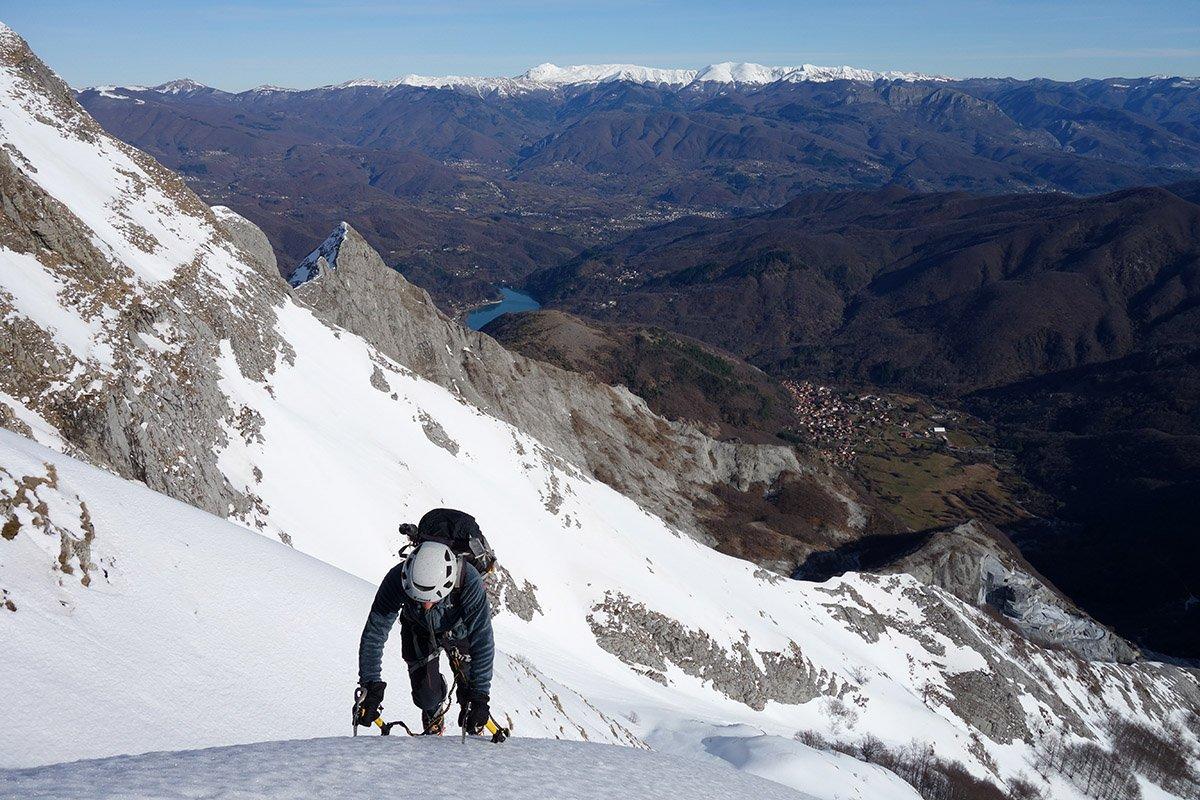Ultimo pendio verso la cima, sullo sfondo Appennino e lago di Vagli