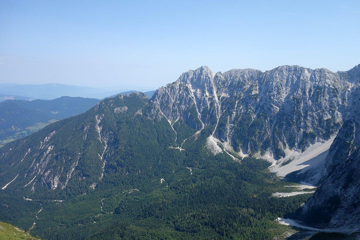 La linea di cresta delle Ponze, in basso nel bosco il Rifugio Zacchi