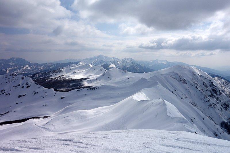 Vista sulle cime di Prato Spilla, i Groppi di Camporaghena e l'Alpe di Succiso