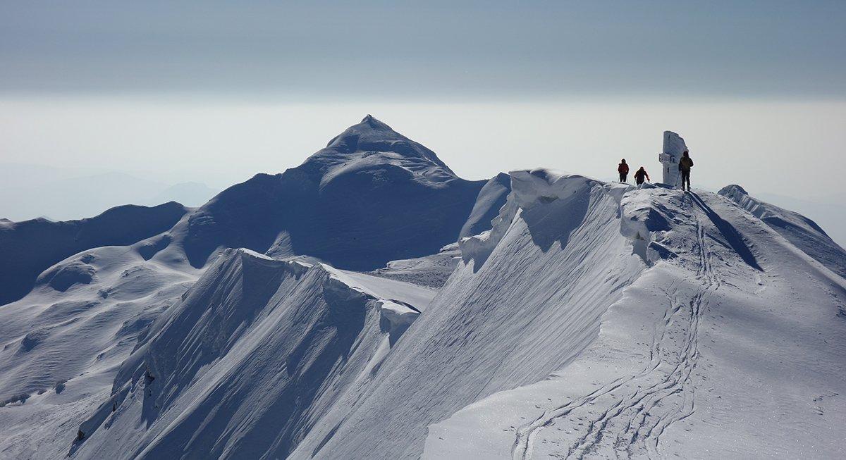 La cima del Monte Giovo con vista sulla cresta e il Rondinaio