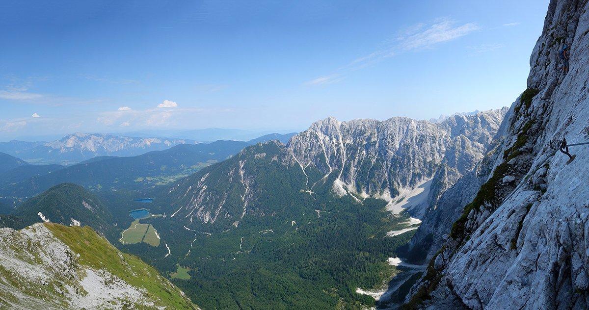 Panoramica dalla Ferrata Italiana: a destra sulle cenge del secondo tratto, al centro le Ponze e il Rifugio Zacchi, a sinistra i Laghi di Fusine