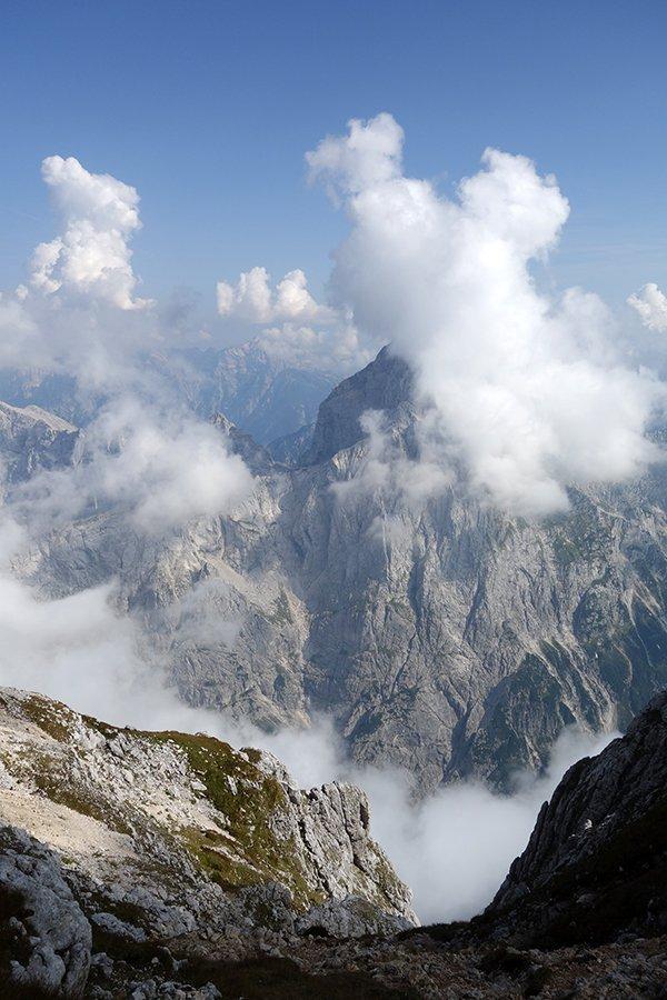 La cima dello Jalovec tra le nuvole