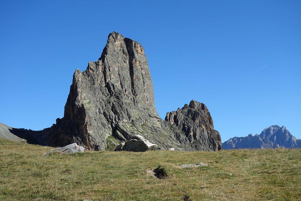 Le slanciate forme di Rocca Castello e Torre Castello, a destra Rocca Provenzale