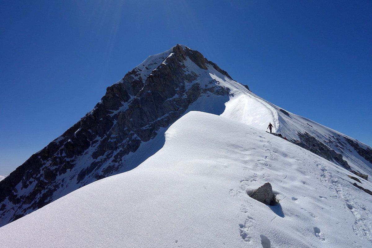 Bella cresta nevosa sulla normale