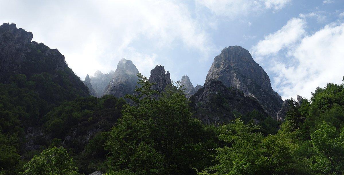 Le guglie del Sengio Alto, a destra lo squadrato torrione della Torre Emmele