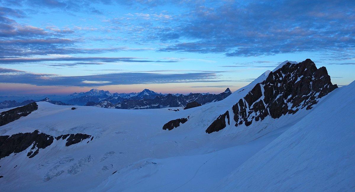 Alba sul ghiaccio di Verra e il Monte Bianco