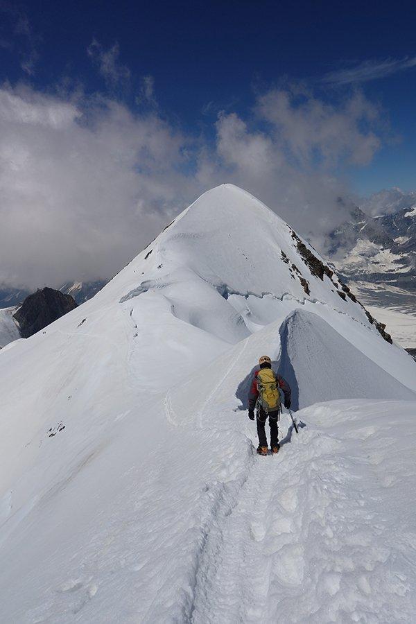 Sulla cresta nevosa del Breithorn Centrale con vista sull'Occidentale