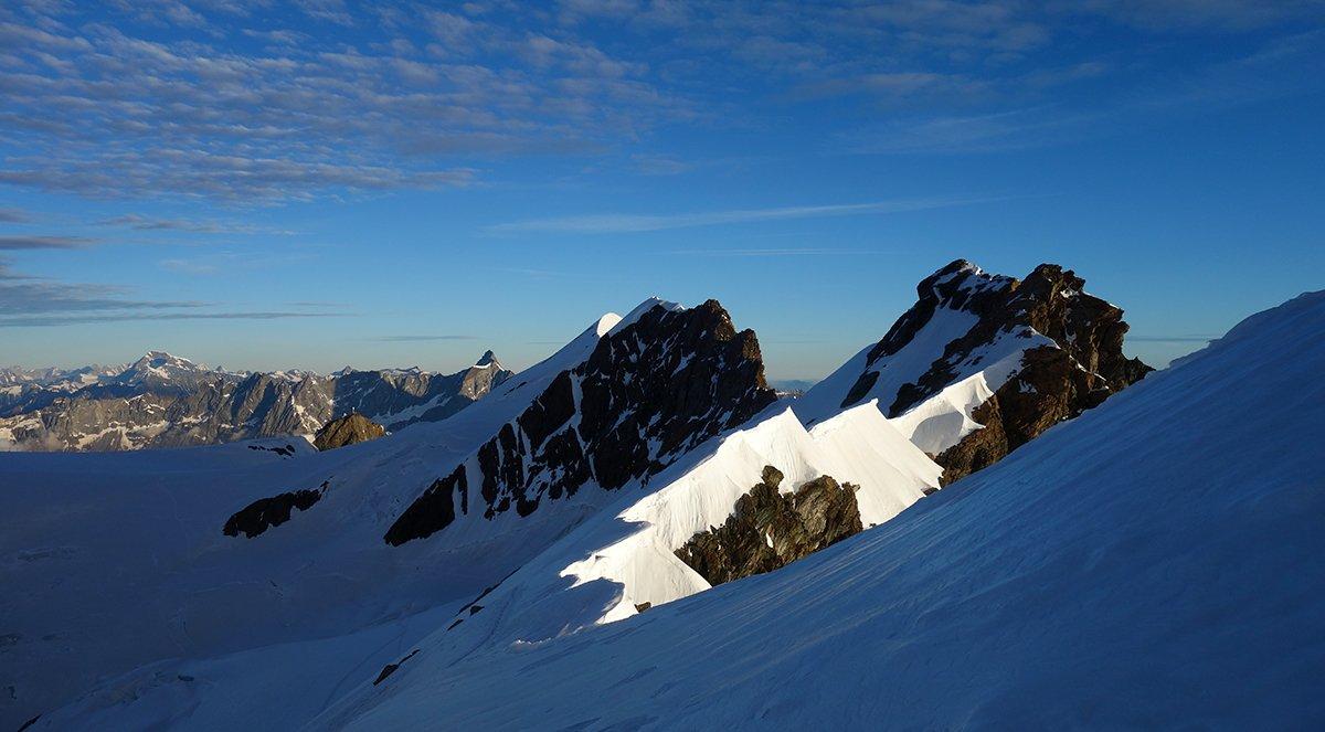 La cresta della traversata: a destra il Gemello e l'Orientale, al centro la cresta dentellata del Centrale, a sinistra in piccolo la sagoma nevosa dell'Occidentale