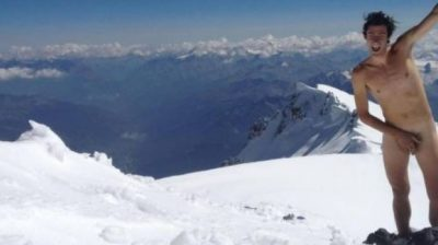 Kilian Jornet nudo sul monte Bianco per protesta contro i divieti