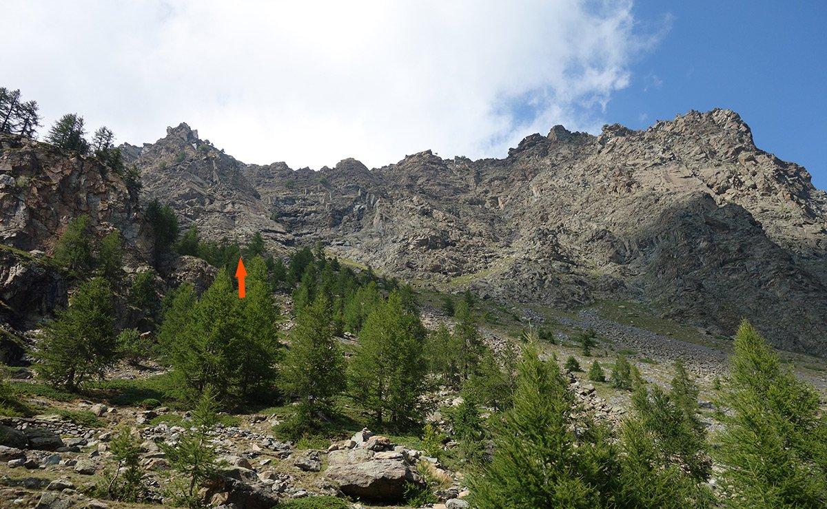 L'ampia parete meridionale del Bec Raty (la freccia indica l'attacco della via)