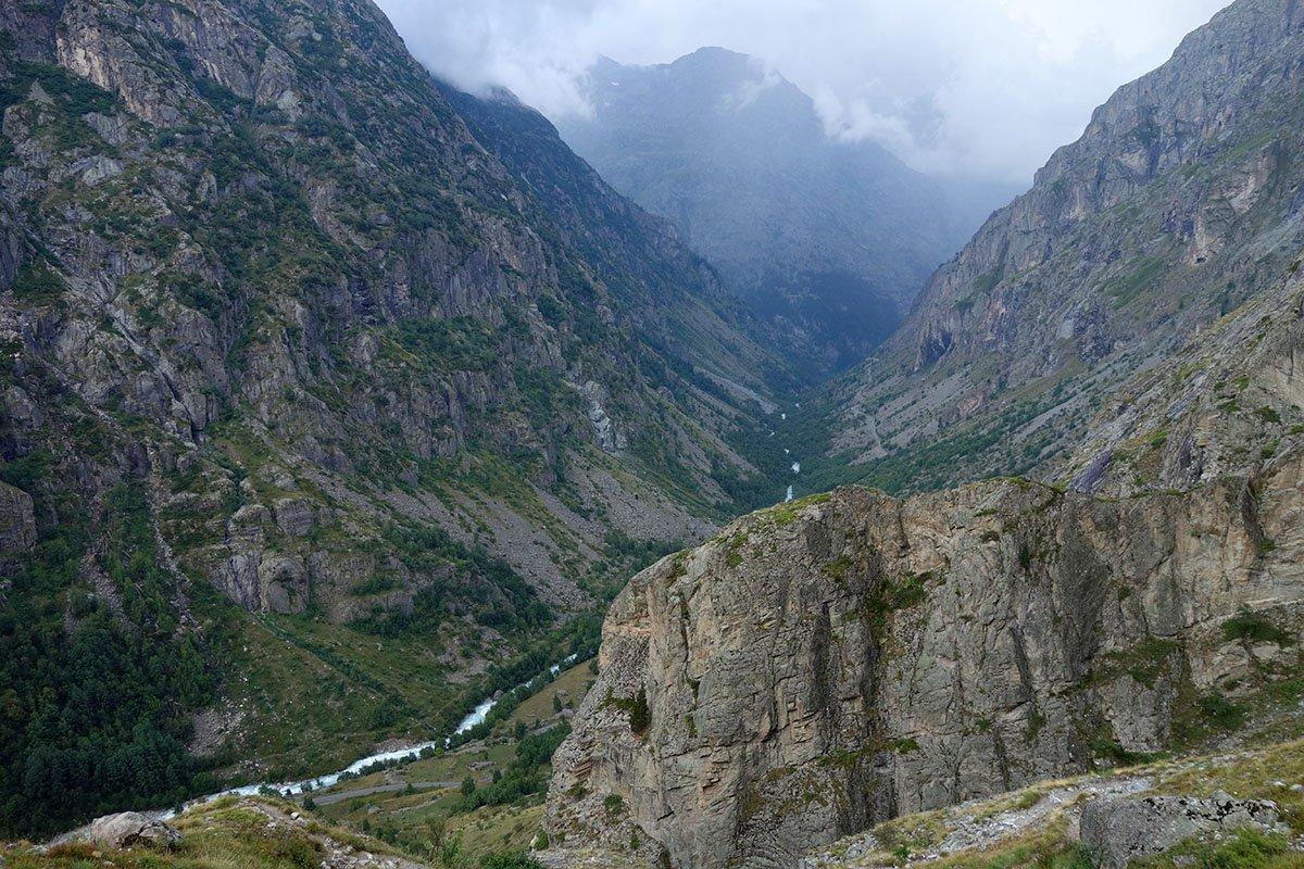 Il vallone con la strada verso la Berarde
