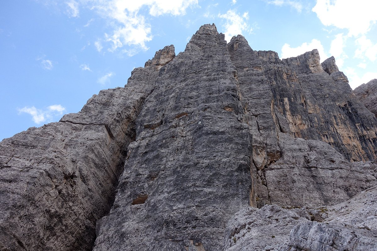 Al centri la parete Nord della torre del Barancio dove corre la via Dibona/Apollonio. A sinistra la torre Lusy, a destra la Torre Romana e con striature gialle e nere la Torre Grande