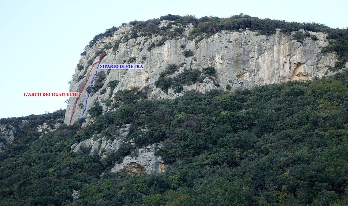 Il settore Centrale di Monte Sordo, in rosso L'arco dei Guaitechi (Via della marcia) in blu Sipario di Pietra