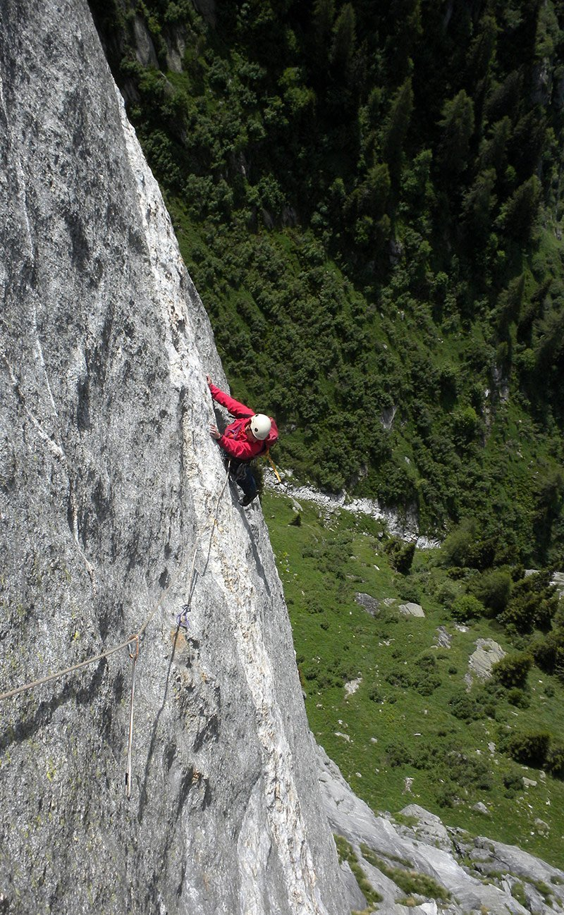 Francesco su L6 contempla incredulo la splendida roccia di Scingino (VIII-) (Foto L. Berio)