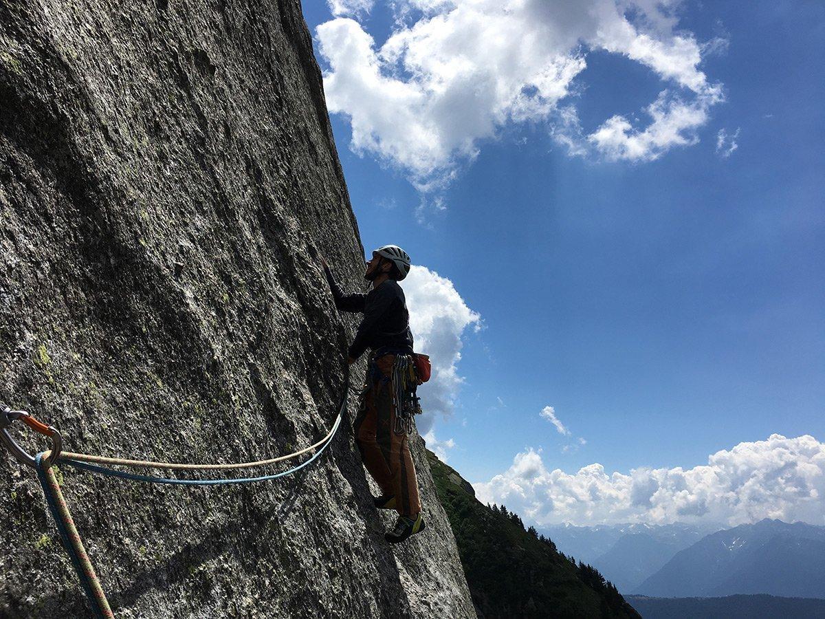 Luigi su L7, puntando al primo fix, VIII- (Foto F. Cerri)