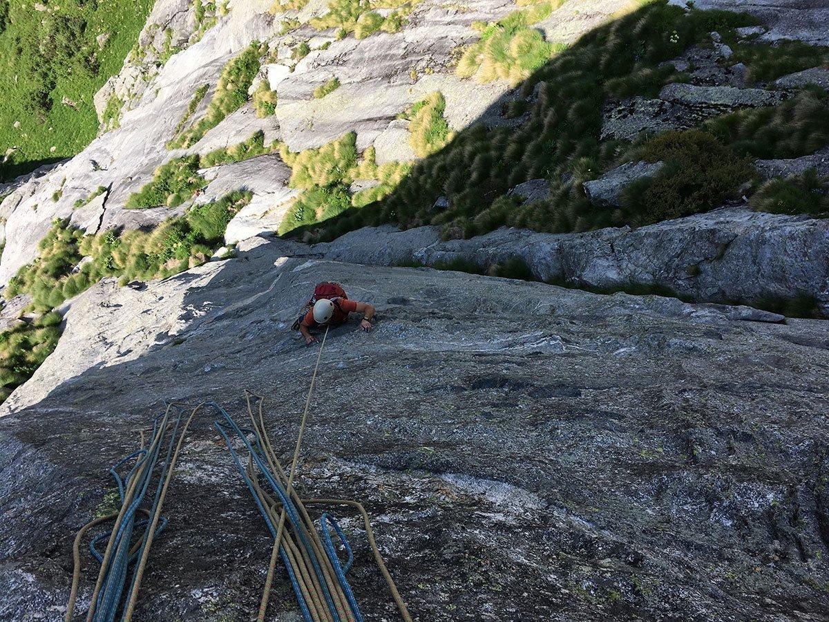 Francesco si destreggia sui bei passaggi di L4, la roccia ci rivela la sua qualità (foto A. Nespoli)
