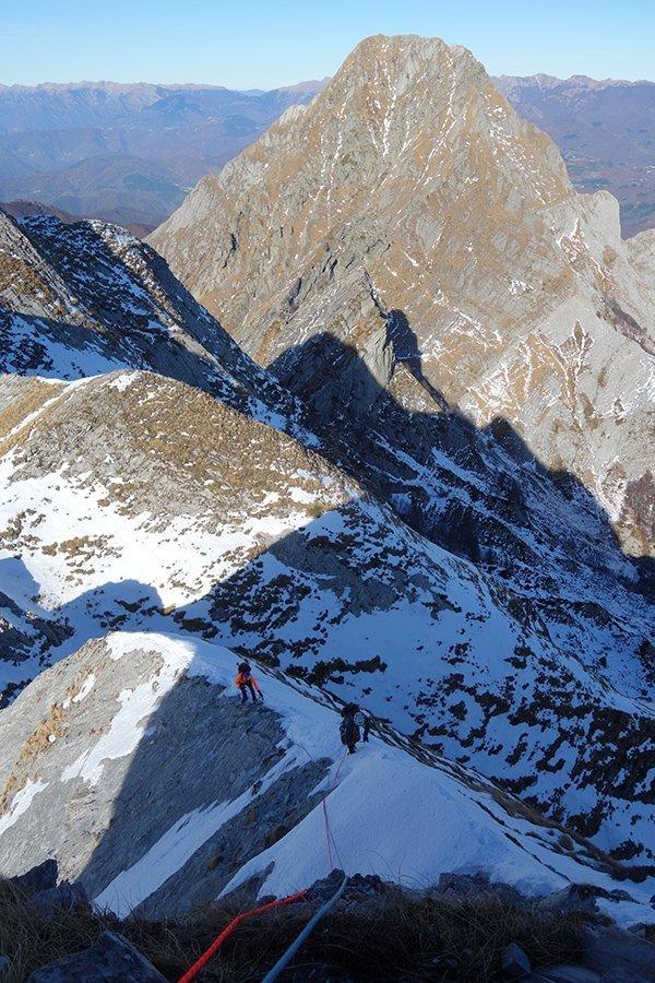 Sulla cresta (piuttosto secca), sullo sfondo il Pisanino
