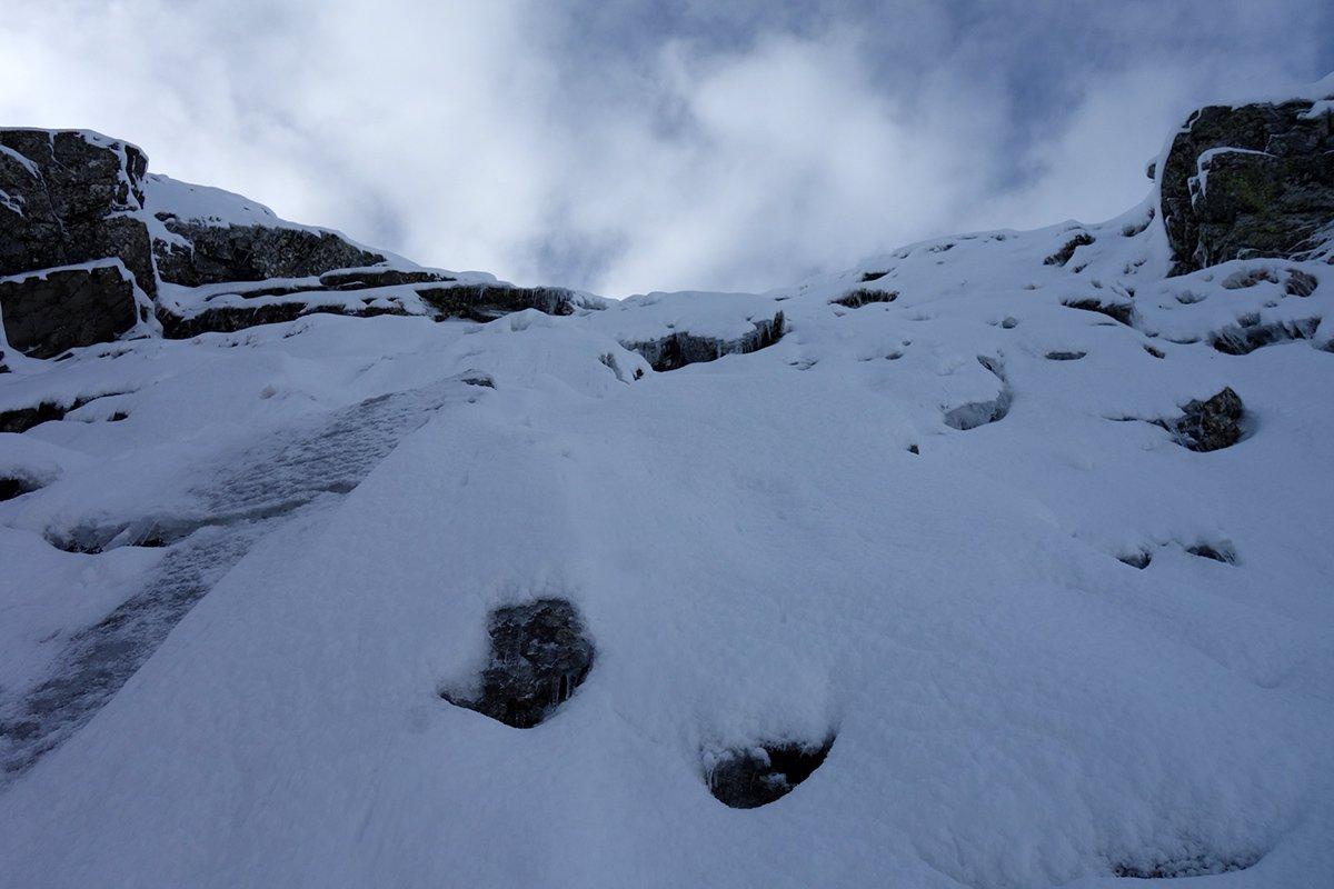 Ghiaccio da 'fusione' sotto la neve sulla paretina a destra del Canale Nord del Monte Alto