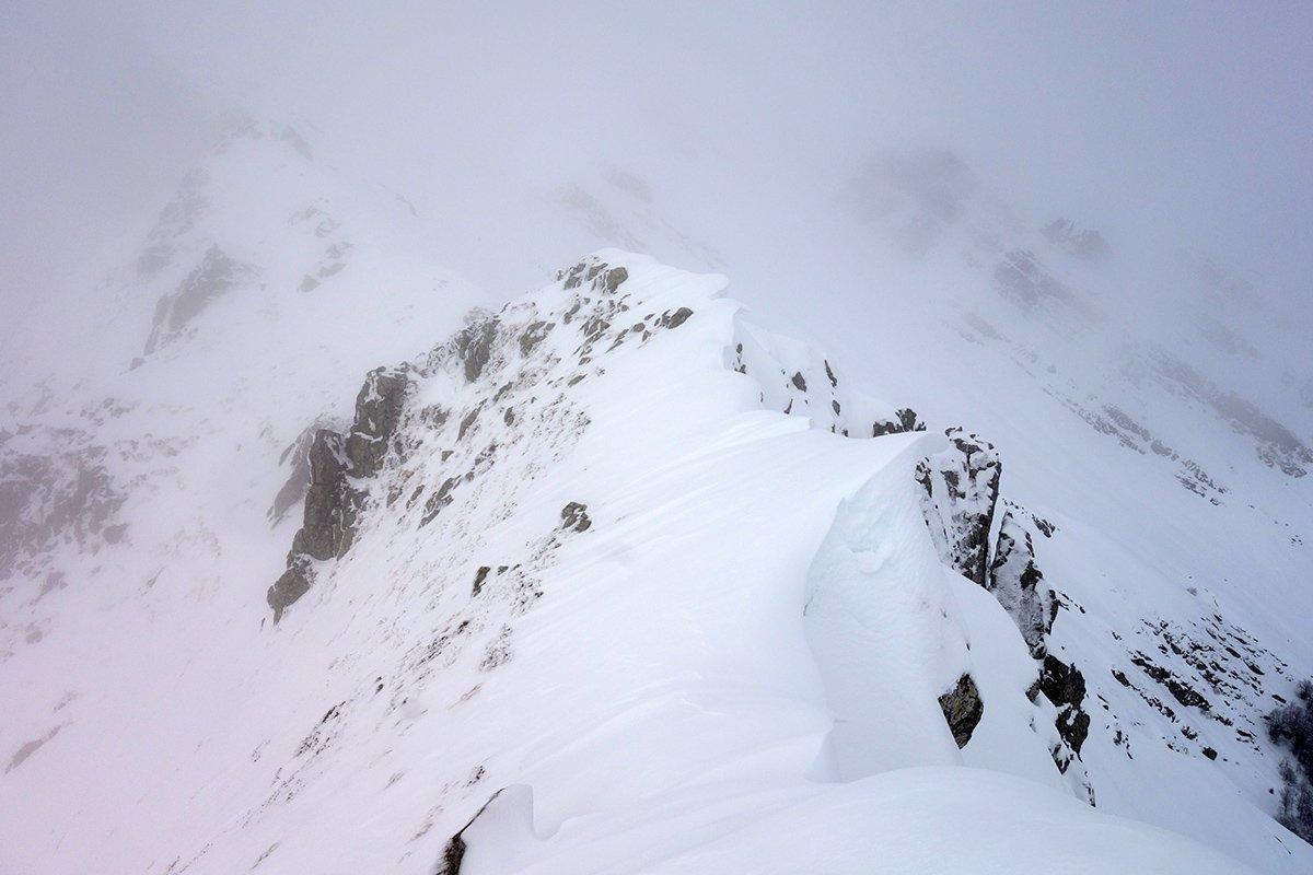 Cornici di neve farinosa sulla cresta del Monte Alto (1750 m circa)