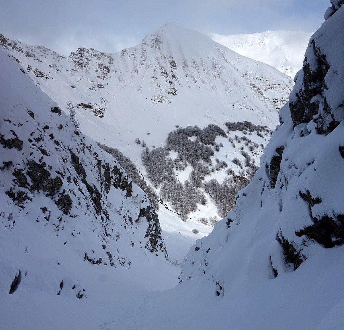 Nel canale Nord del Monte Alto, sullo sfondo l'Alpe di Succiso