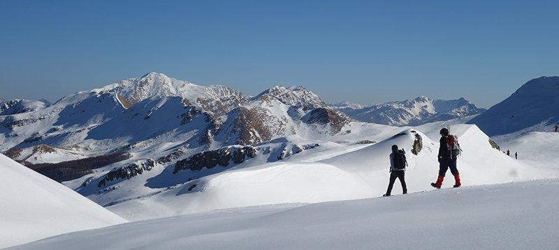Due passi sopra Prato Spilla (17/02), sullo sfondo l'Alpe di Succiso